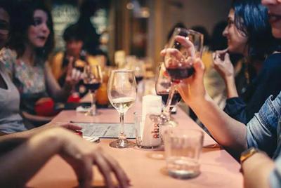 在餐厅如何才能准确地选到价格合适、与食物匹配的意大利葡萄酒?