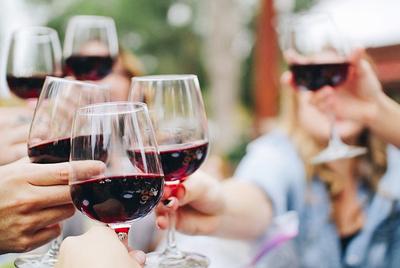 喝红酒的好处,科学家在三个独立队列中发现,喝红酒有益于增加肠道微生物多